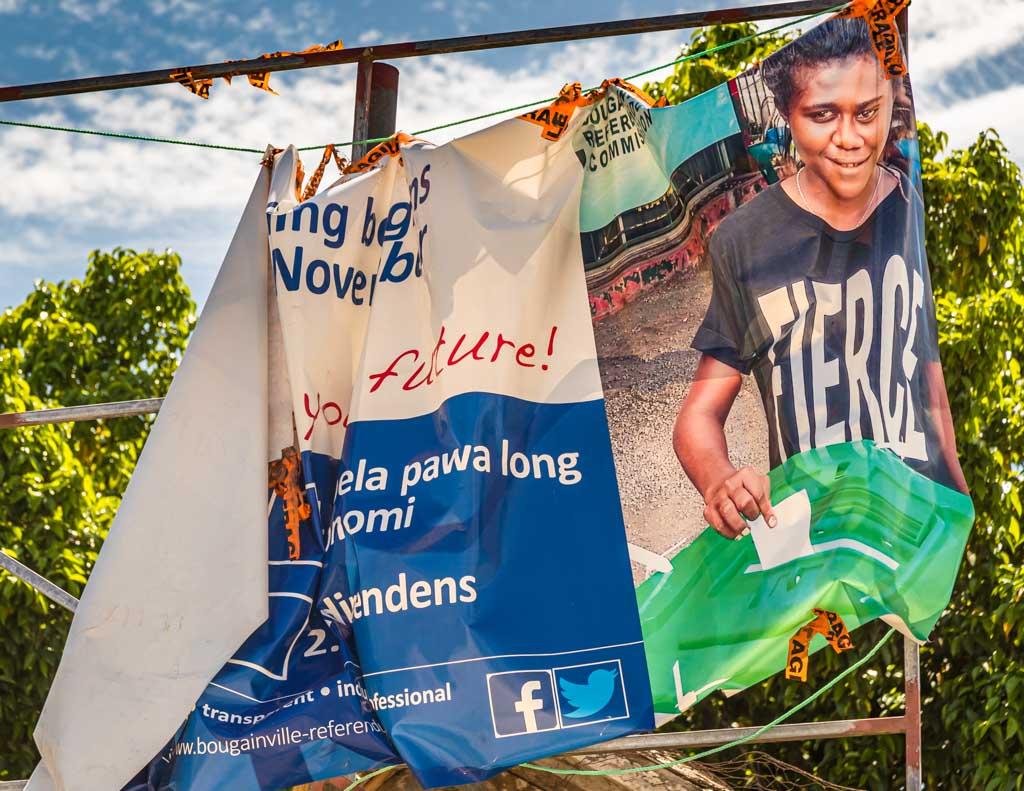 Eine Woche nach dem Unabhängigkeitsreferendum sieht man nur noch Reste der Plakate, die für die Teilnahme geworben haben / © FrontRowSociety.net, Foto: Georg Berg