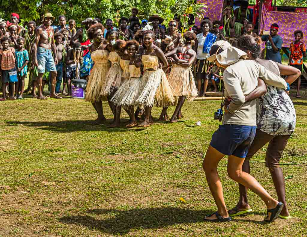 Beim Sing-Sing begegnen sich die Kulturen. Gäste und Crew der True North werden zum Tanz aufgefordert und begeistert empfangen / © FrontRowSociety.net, Foto: Georg Berg