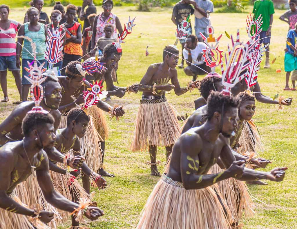 Männliche Jugendliche tragen in Bougainville den Upei auf dem Kopf, wenn sie in den Kreis der Erwachsenen aufgenommen werden. Dieser Ritual-Hut ist zentraler Bestandteil der Landesflagge / © FrontRowSociety.net, Foto: Georg Berg