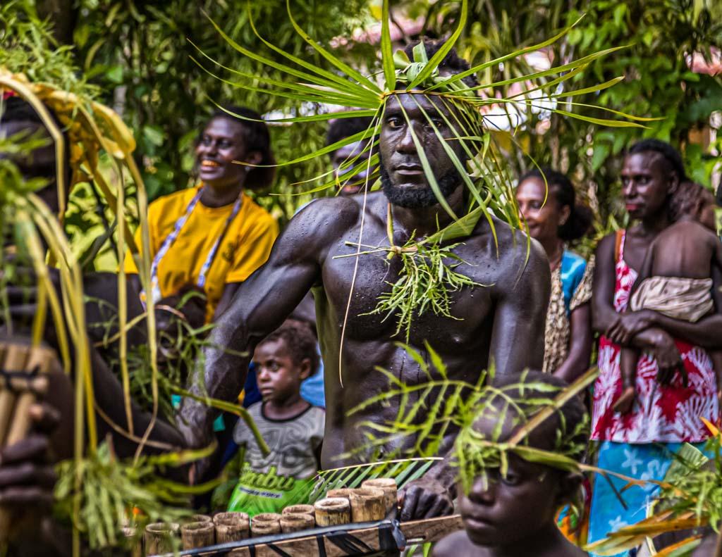 Die Bewohner Bougainvilles fallen auch in der Südsee durch ihre besonders dunkle Haut auf / © FrontRowSociety.net, Foto: Georg Berg