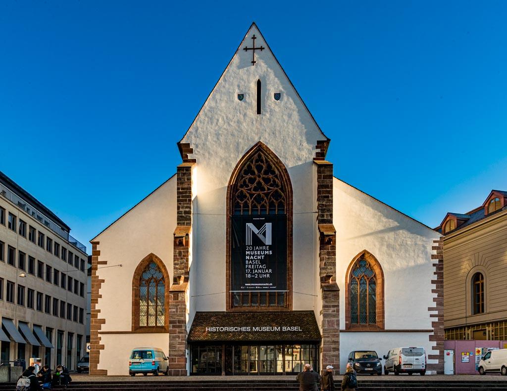 Ein Banner an der Fassade des Historischen Museums Basel macht auf die jährlich stattfindende Museumsnacht aufmerksam / © FrontRowSociety.net, Foto: Georg Berg