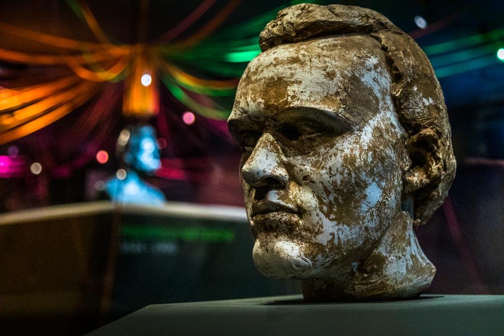 """Der Basler Künstler Alexander Zschokke lässt mit der ungewohnten Skulptur """"Der junge Nietzsche"""" hinter die Fassade Nietzsches blicken / © FrontRowSociety.net, Foto: Georg Berg"""
