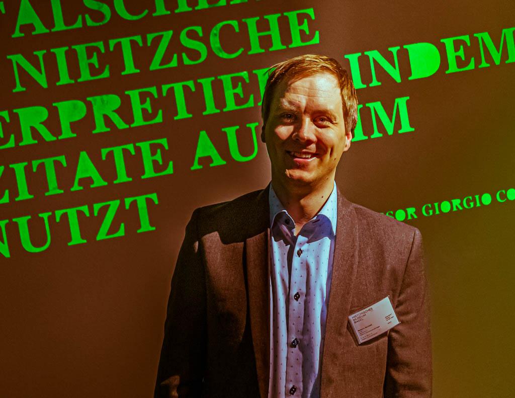 """Benjamin Mortzfeld führt als Kurator gelegentlich selbst durch die von ihm konzipierte Ausstellung """"Übermensch Nietzsche"""" im Historischen Museum Basel / © FrontRowSociety.net, Foto: Georg Berg"""