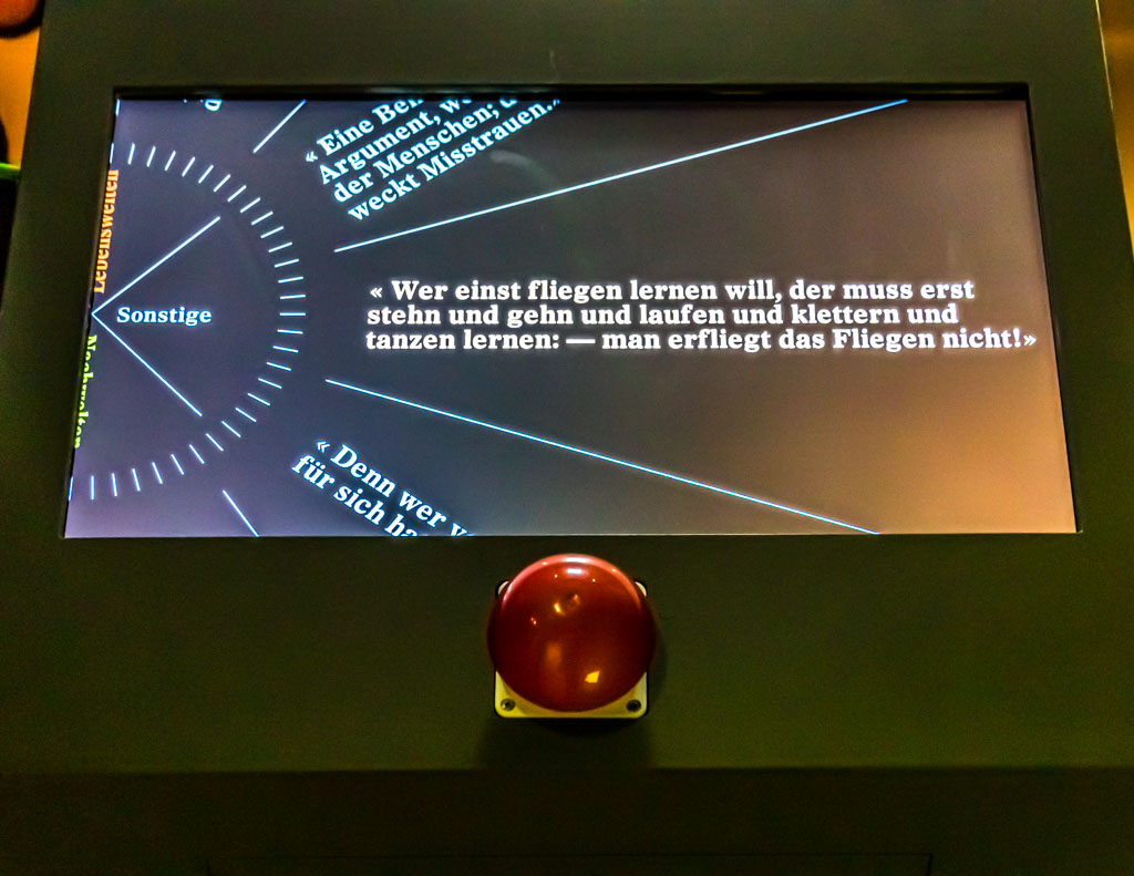 Nietzsches Aphorismen passen heute noch zu vielen Situationen. In der Baseler Ausstellung gibt es einen Automaten, der auf Buzzer-Druck Nietzsche-Zitate zum mitnehmen ausgibt / © FrontRowSociety.net, Foto: Georg Berg