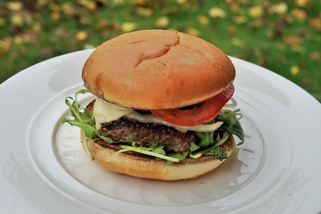 Lammburger - richtig gelesen - nicht Hamburger - mit dem Fleisch vom Schafzüchter Markus Lanfer ausprobiert und für besonders köstlich gehalten