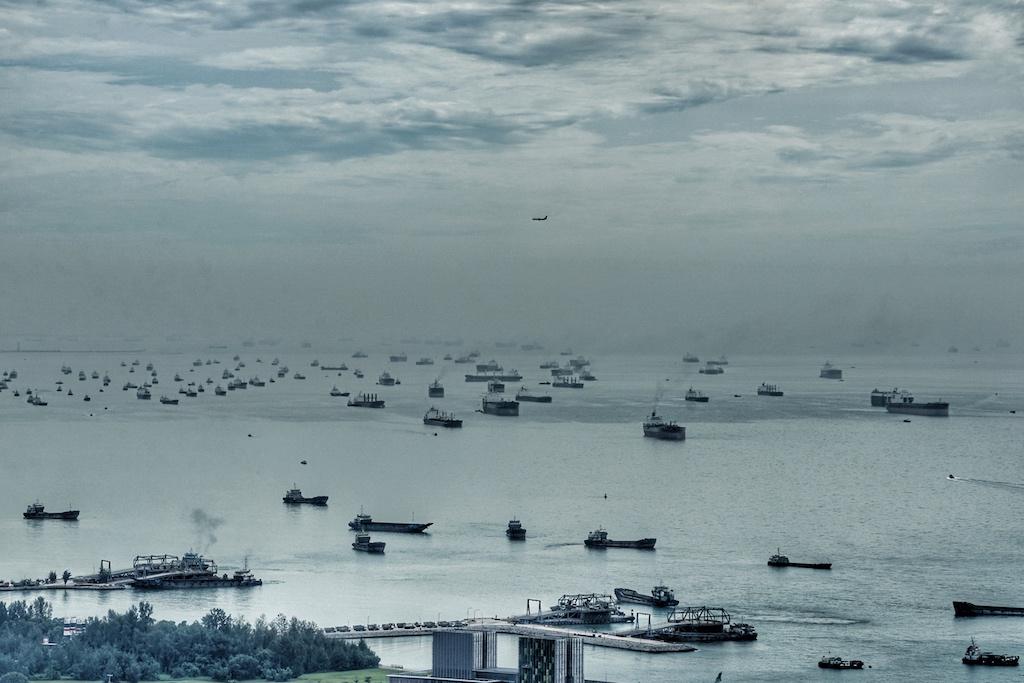 Es werden schon allerhand Produkte um den Globus transportiert - muss es denn auch noch Luxuswasser sein?