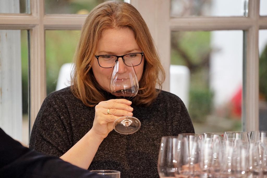 Für Weinexperten - hier im Bild FrontRowSociety Mitherausgeberin Annett Conrad - sind, je nach Wein, Belüftungen vor dem Genuss ein Muss