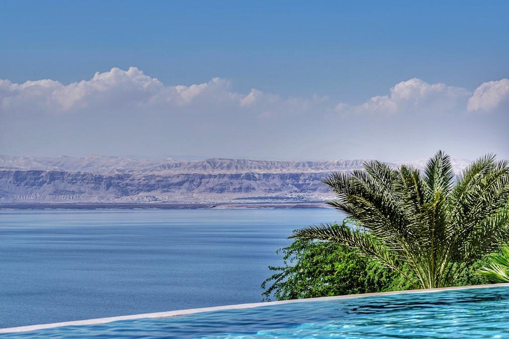 Im Infinity-Pool des 5 Sterne Mövenpick Resort & Spa Dead Sea liegend, hat man einen unvergesslichen Blick über das Tote Meer auf Israel