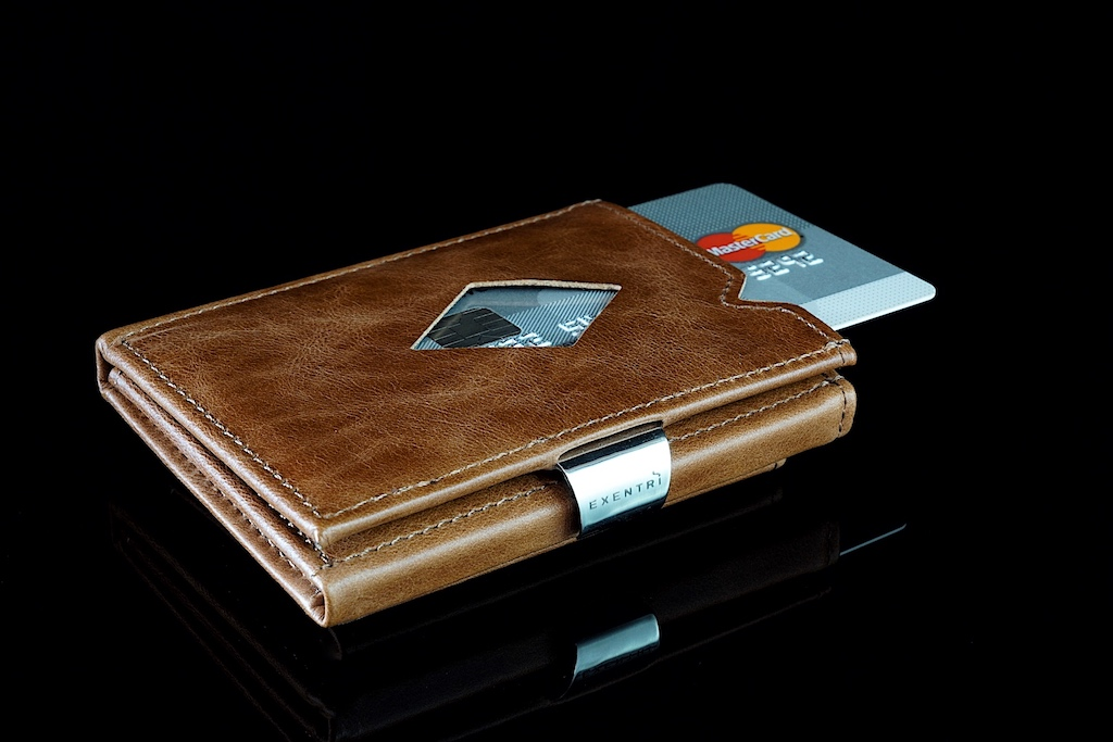 Das EXENTRI Wallet wartet mit einer qualitativen Verarbeitung auf; aus echtem Leder und Edelstahl gefertigt