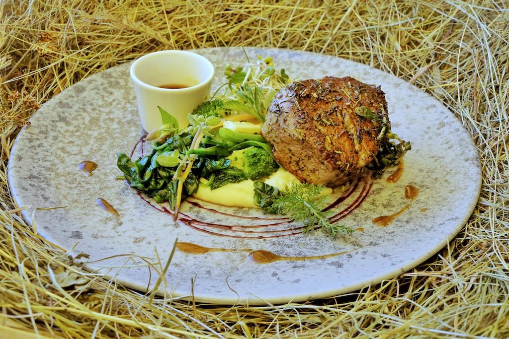 In Südtirol, in Sand in Taufers, findet der Genießer das Restaurant Arcana. Fleisch, Käse und Getreide kommen aus eigener Zucht bzw. Herstellung und Anbau. Die Kräuter findet Anneres Ebenkofler im Wald. Nachhaltiger gehts nicht