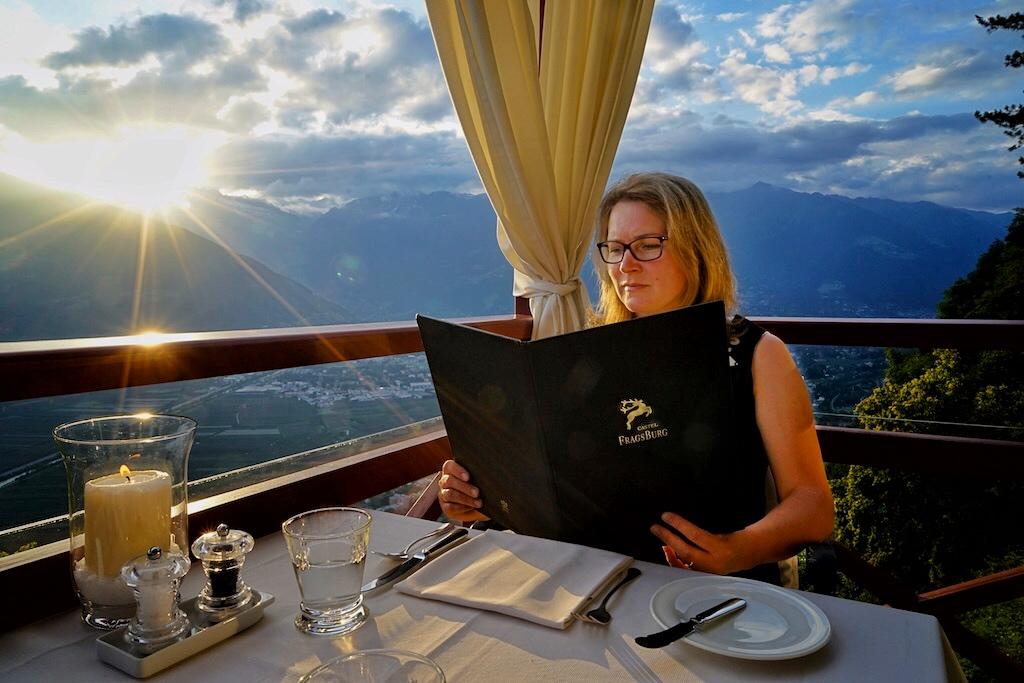 """Hoch oben, über dem Tal von Meran, liegt das Luxushotel """"Castel Fragsburg"""". Ein Dinner an warmen Sommerabenden ist etwas Besonderes"""