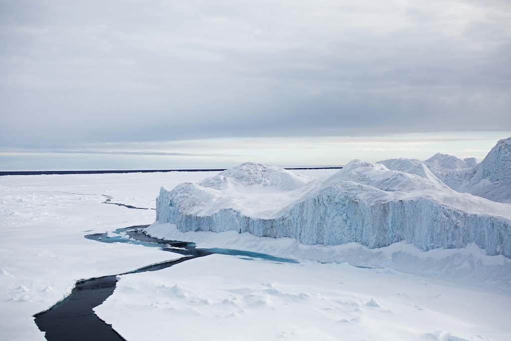 Ein unüberwindlicher Eisstauchwall von über zehn Meter Höhe wird umfahren