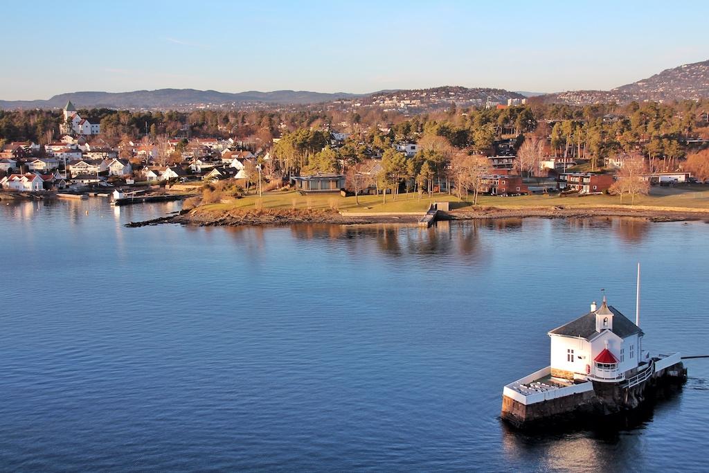 Abfahrt aus Oslo. Das frühlingshaft anmutende Bild täuscht, die Szenerie zeigt einen schneelosen Januar-Nachmittag
