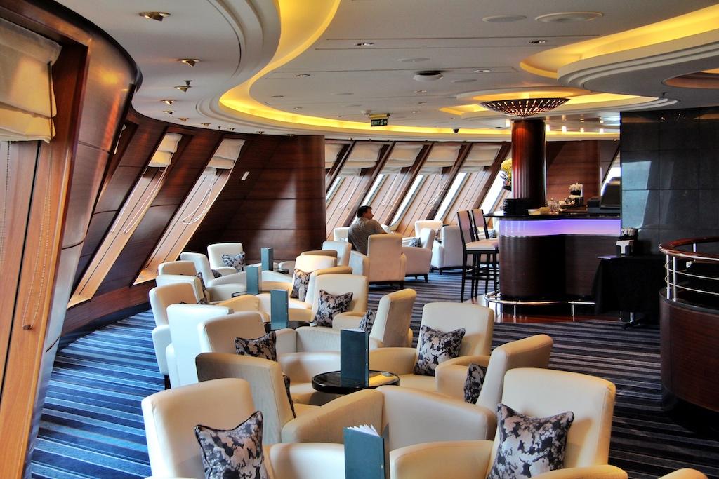 """Für viele Passagiere der schönste Ort an Bord der """"Queen Mary 2"""": der edle Commodore Club mit Blick über den Bug"""