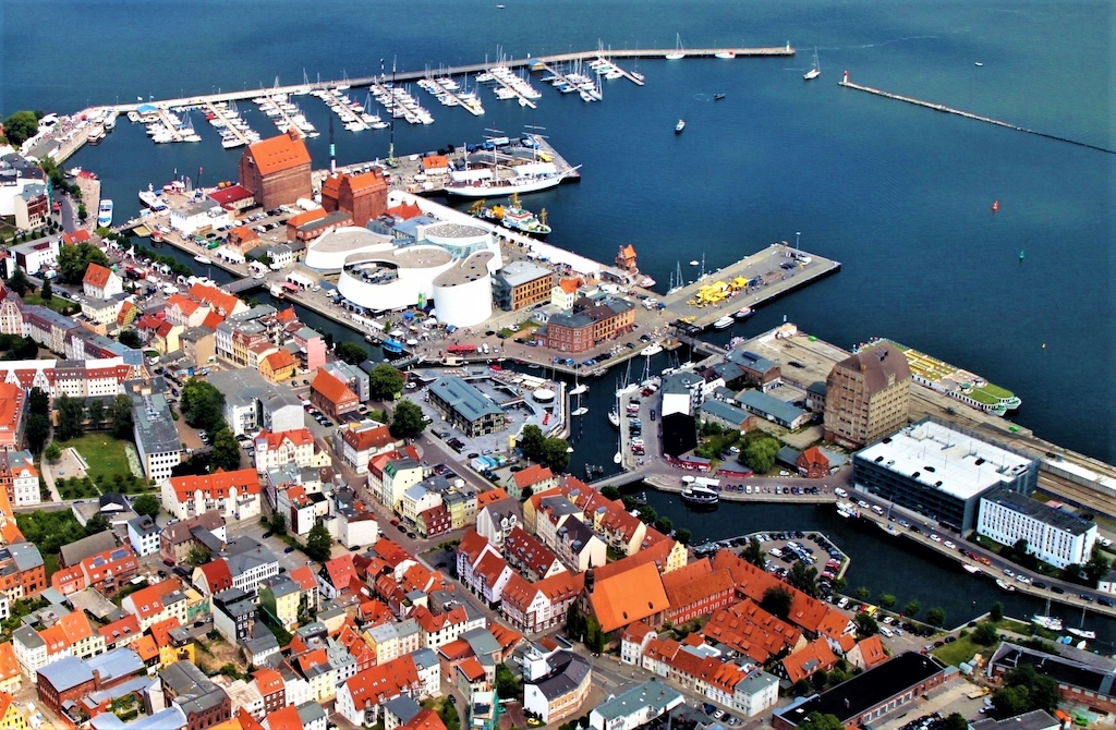Teil der östlichen Altstadt und Nordhafen mit OZEANEUM und Museums-Großsegler GORCH FOCK I