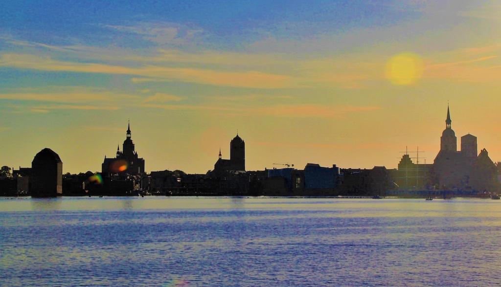 Abendliche Silhouette der altehrwürdigen Hansestadt Stralsund vom Wasser aus gesehen