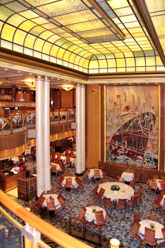 """""""Titanic"""" und Co. lassen grüßen: Im zweistöckigen Britannia Restaurant wird die Tradition der großen Transatlantikliner fortgeführt"""