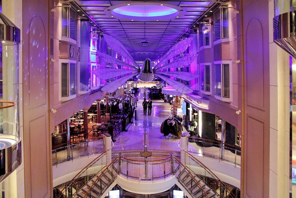 """Die zentrale Innenpromenade ist das Herz der """"Color Fantasy"""". Innenkabinen verfügen hier über Fenster mit Blick über das Geschehen zwischen Shops und Cafés"""