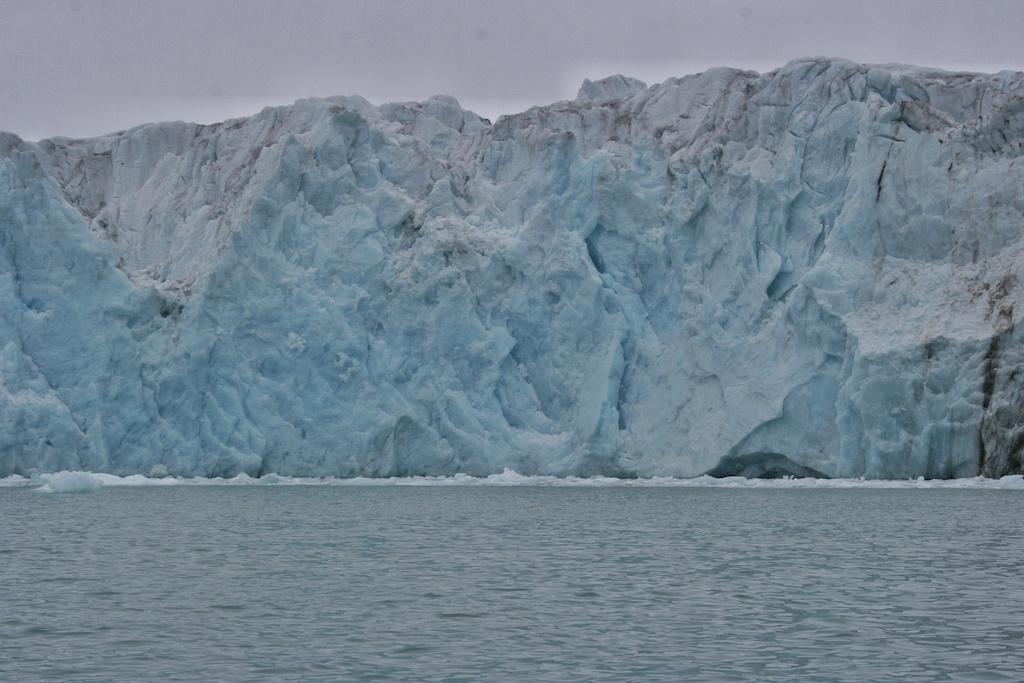 Mit dem Waggonwaybreen mündet ein sieben Kilometer langer und an seiner Abbruchkante über 30 Meter hoher Gletscher in den Magdalenenfjord