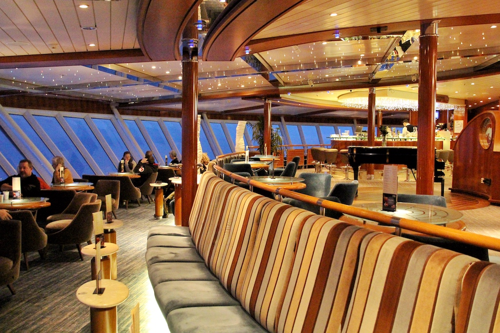 """Die Observation Lounge ist der beliebteste Ort auf der """"Color Fantasy"""". Freie Tische bekommt man hier nur spät abends, früh morgens oder mit sehr viel Glück"""