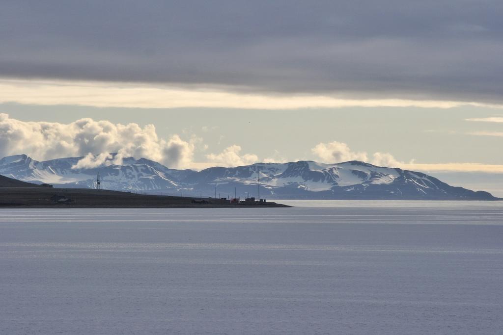 Ausfahrt aus Longyearbyen. Die bergige Landschaft Spitzbergens ist zusammen mit dem Lichtspiel der Mitternachtssonne spektakulär