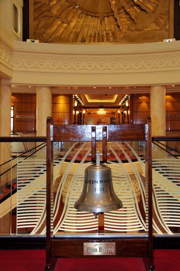 """Beliebtes Foto-Objekt und Gebrauchsgegenstand zugleich: An der Schiffsglocke in der Grand Lobby wird täglich das Zeremoniell der """"Eight Bells"""" vollzogen"""