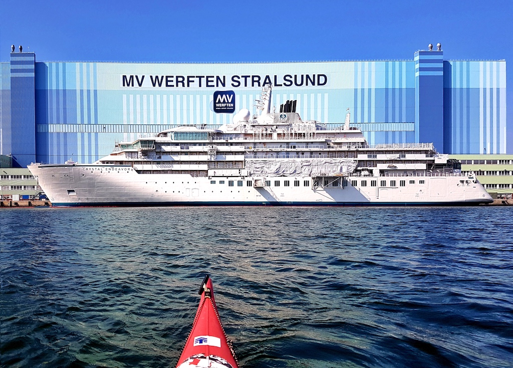 Der luxurioese Kreuzfahrtschiffneubau CRYSTAL ENDEAVOR wartet an der MV Werft auf seine Fertigstellung