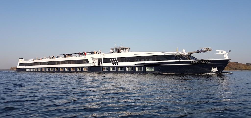 MS SANS SOUCI läuft von Norden kommend mit voller Fahrt in den Strelasund ein