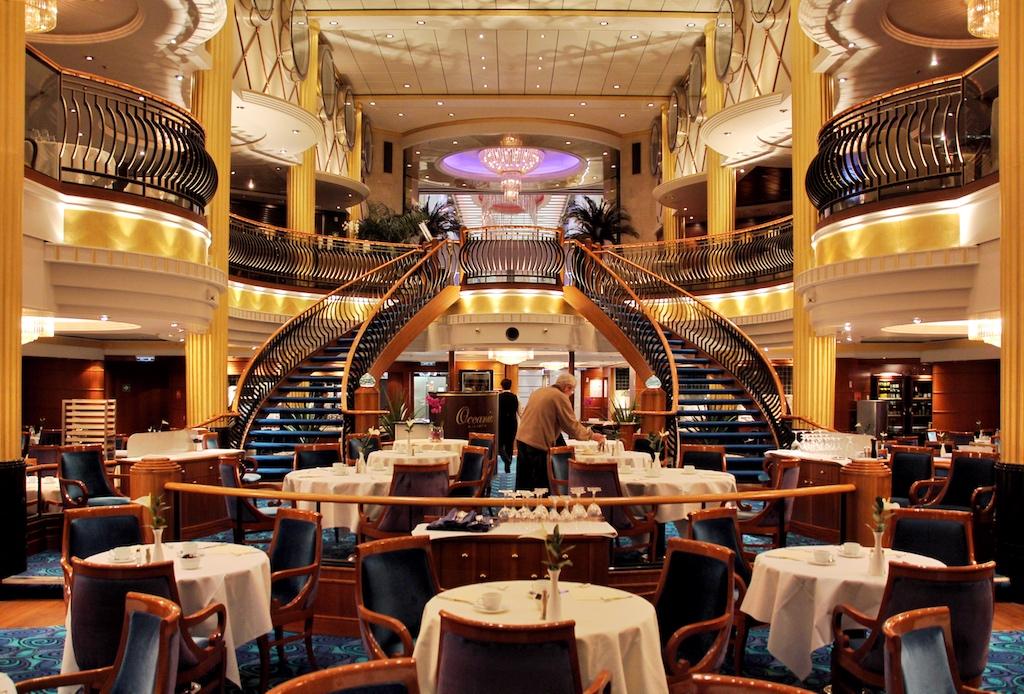 """Das """"Oceanic Restaurant"""" am Heck der """"Color Fantasy"""" erinnert mit seinen geschwungenen Treppen und Balustraden an die große Zeit der Transatlantik-Liner"""