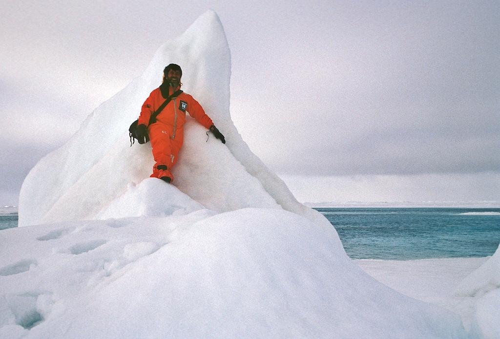 FrontRowSociety Autor Dr. Peer Schmidt-Walther im Überlebensanzug auf dem Gipfel der Welt am geografischen Nordpol
