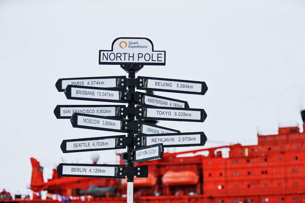Extra aufgestellter Wegweiser mit Entfernungsangaben zu den Zentren der Zivilisation