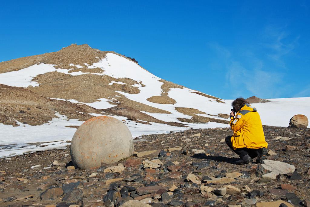 Ein durch physikalische Verwitterung gerundeter Felsbrocken auf Franz Josef Land / © Quark Expedition