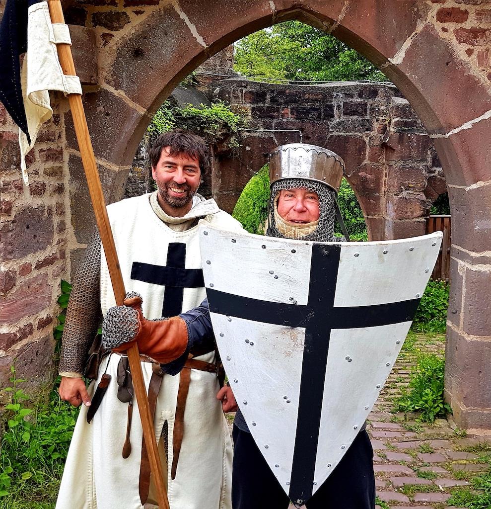 Links der Autor mit Ritter Doktor Juergen auf der Henneburg