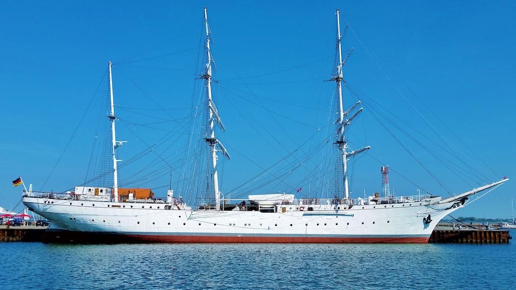 Segelschulschiff GORCH FOCK an ihrem alten Kai der historischen Ballastkiste im Nordhafen