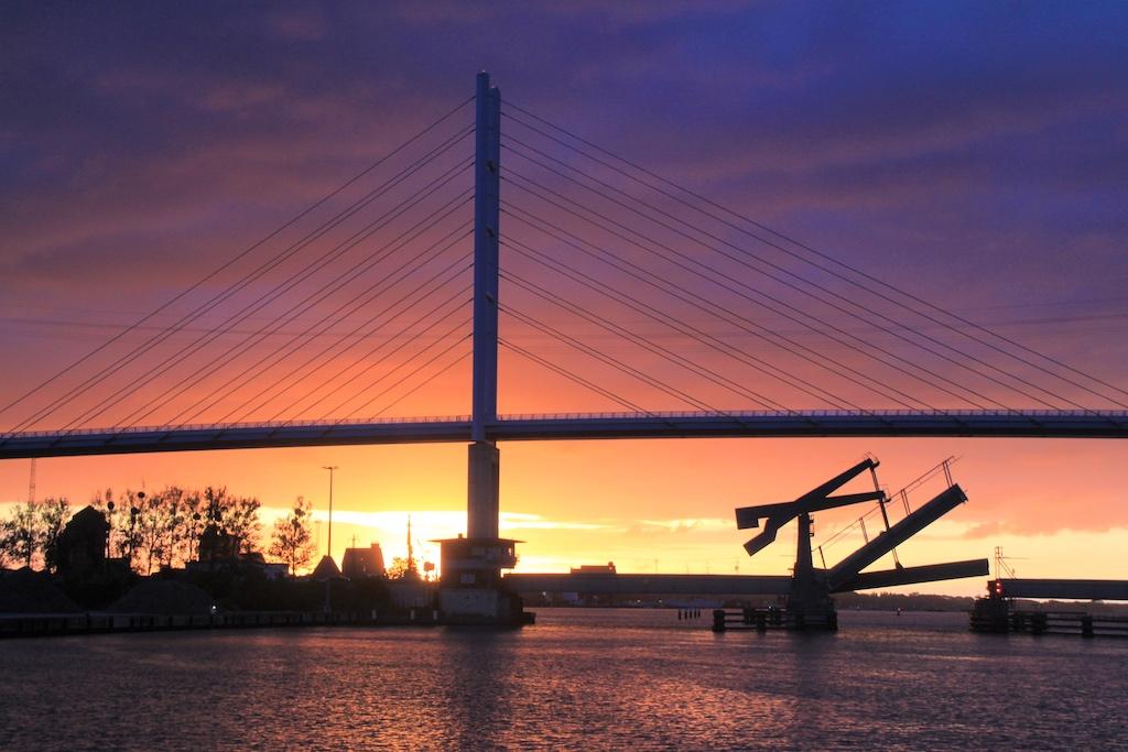 Die Ziegelgraben- unter der Rügenbrücke öffnet sich mehrmals täglich für die Schifffahrt