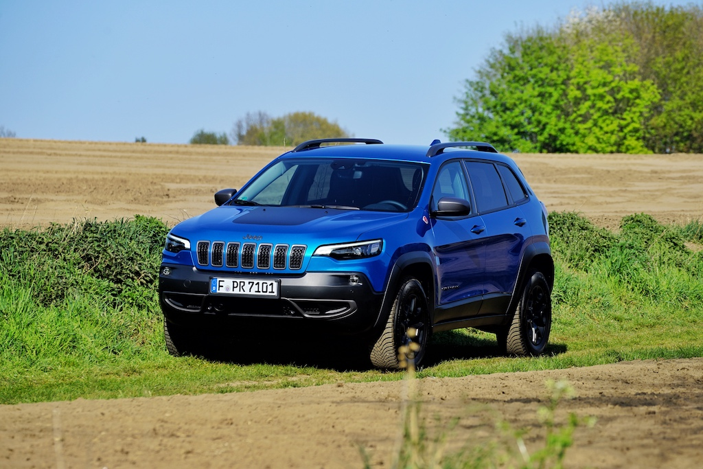 Der Jeep Cherokee Trailhawk in der Farbe Hydro Blue wirkt dynamisch und frisch
