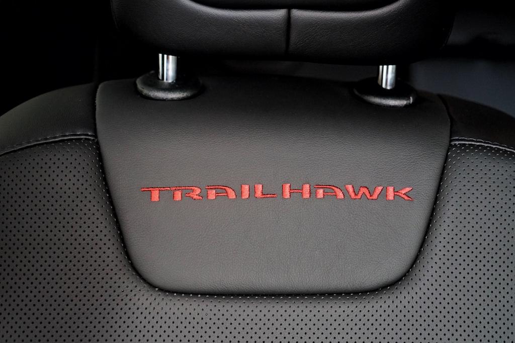 """Der rote, eingenähte Schriftzug """"Trailhawk"""" erinnert an den Motorsport"""
