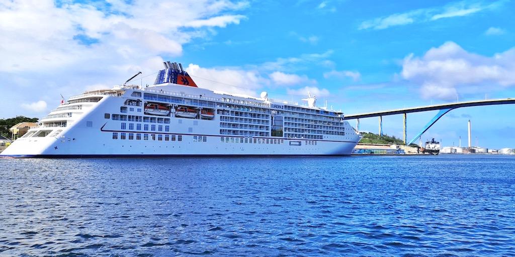 Die MS EUROPA 2 im Hafen von Curaçao