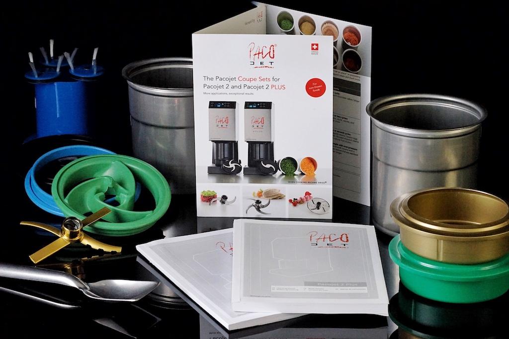 Der PacoJet 2 PLUS zählt bei den Spitzenköchen zu den favorisierten Profiküchengeräten. Mit einer soliden Grundausstattung und einer einfach erklärenden Bedienungsanleitung kann man sofort an den Start gehen