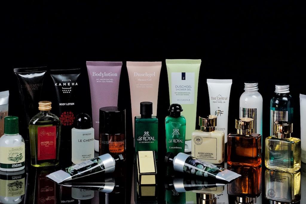 Eine Vielzahl an Luxushotels präsentiert seine Pflegeprodukte im eigenen Style, mit Unternehmenslogo