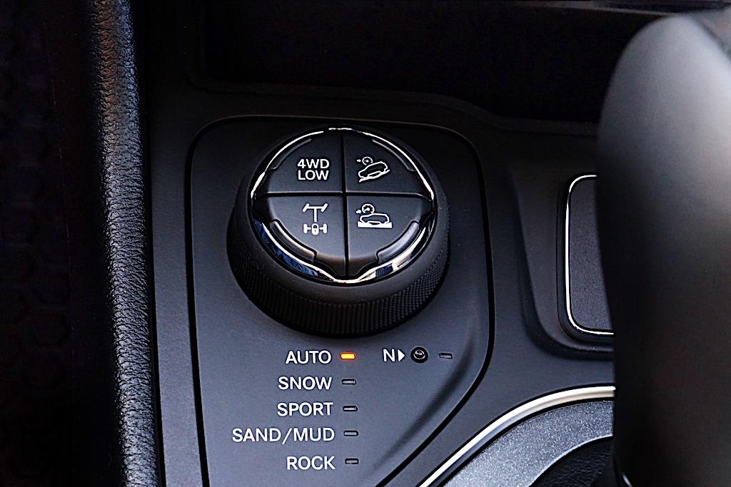 """Über """"Selec-Terrain"""" wählt der Fahrer die bevorzugte Einstellung""""Auto"""", """"Snow"""", """"Sport"""" """"Sand/Mud"""" oder """"Rock"""""""