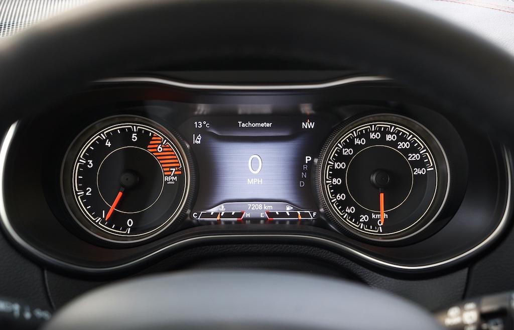 Das Cockpit des Jeep Cherokee