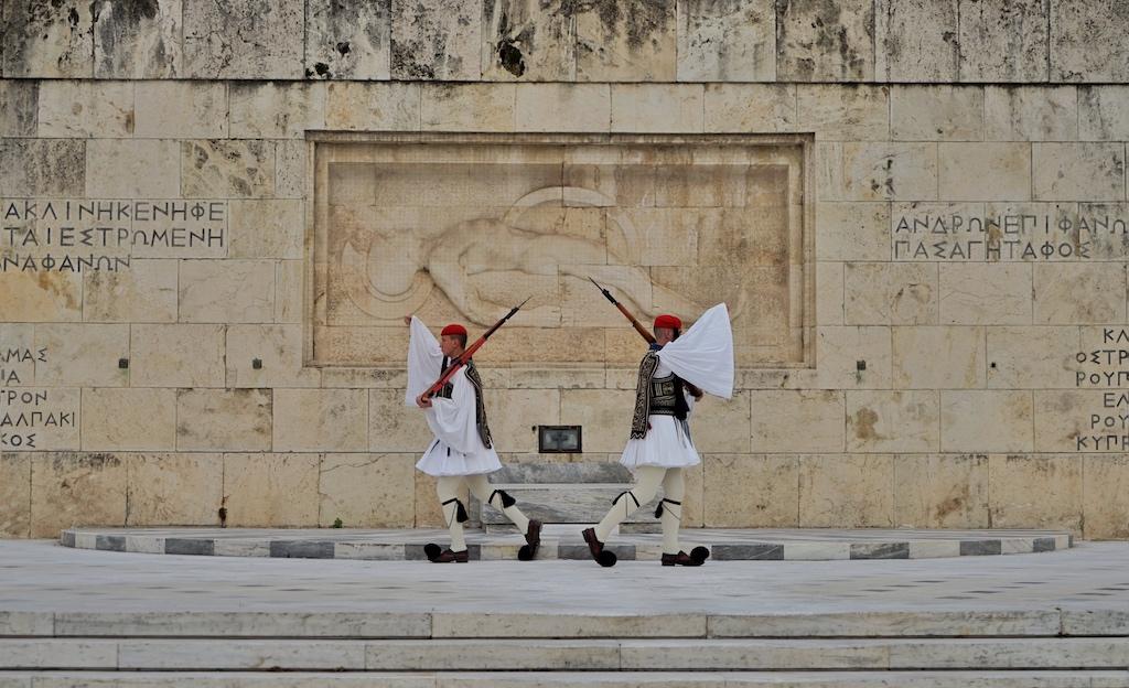 Die Evzonen haben keine Pause, ihre rituelle Schrittabfolge können Besucher rund um die Uhr - vor dem Grab des unbekannten Soldaten - beobachten