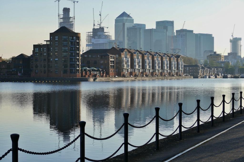 Das Greenland Dock ist das einzige große Hafenbecken des alten Port of London, das weitgehend im Ursprungszustand belassen worden ist. Im Hintergrund die Bürotürme von Canary Wharf