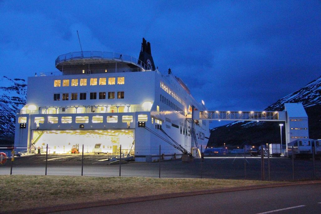 """Fähre und Kreuzfahrtschiff in einem: Auch spät abends noch wird die """"Norröna"""" in Seydisfjördur beladen"""