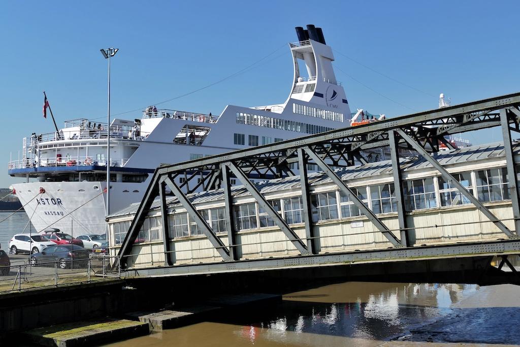 """Zu Beginn ihrer Nordeuropa-Saison hat die """"Astor"""" an der berühmten Tilbury Landing Stage festgemacht"""