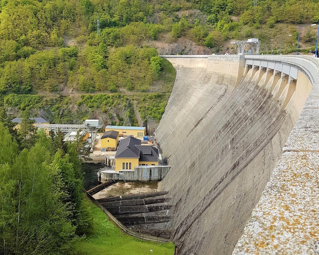 Die beeindruckende 70 Meter hohe Staumauer von Hohenwarte