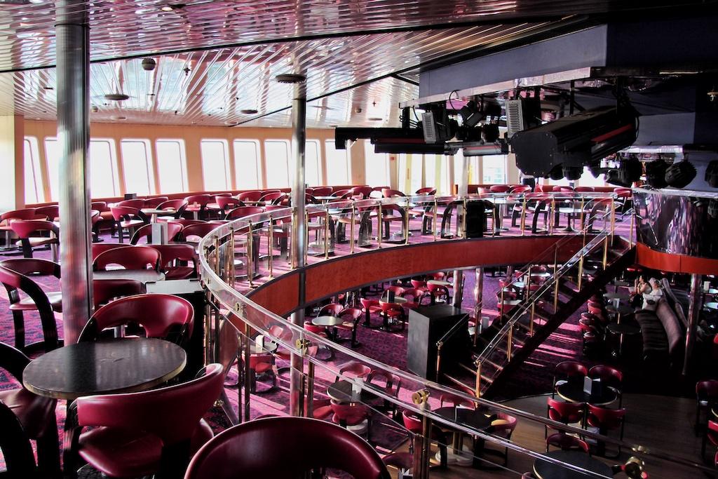 """Die riesige kreisrunde Disco auf Deck 10 und 11 ist der imposanteste Raum an Bord der """"El. Venizelos"""""""