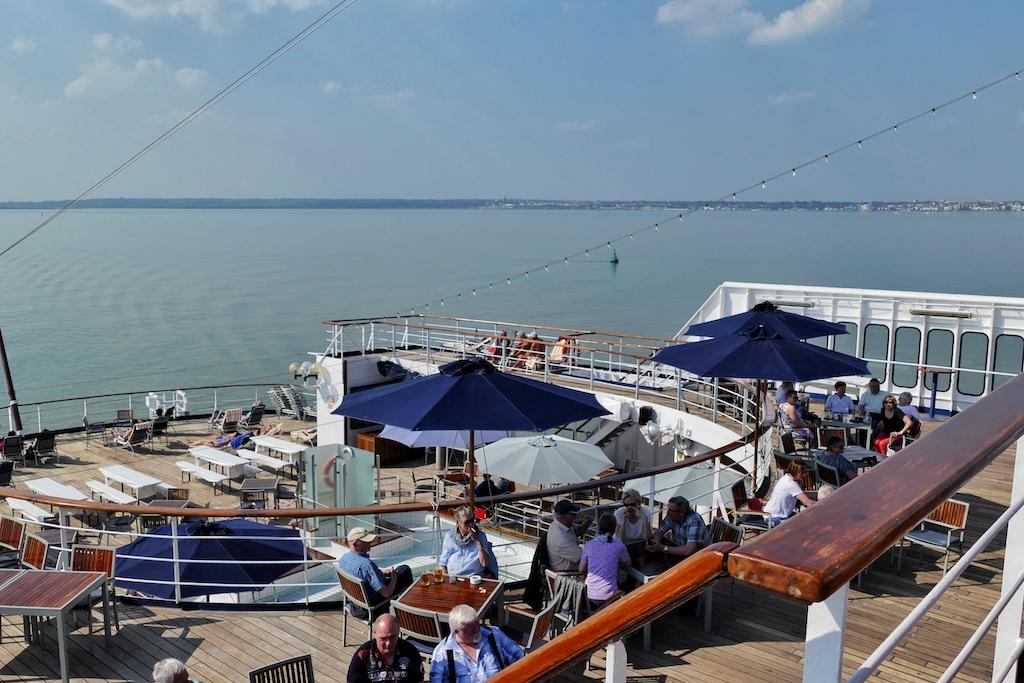 """Revierfahrt auf der Themse. Im Vergleich zu modernen Kreuzfahrtschiffen verfügt die """"Astor"""" über außergewöhnlich großzügige offene Außendeckflächen"""