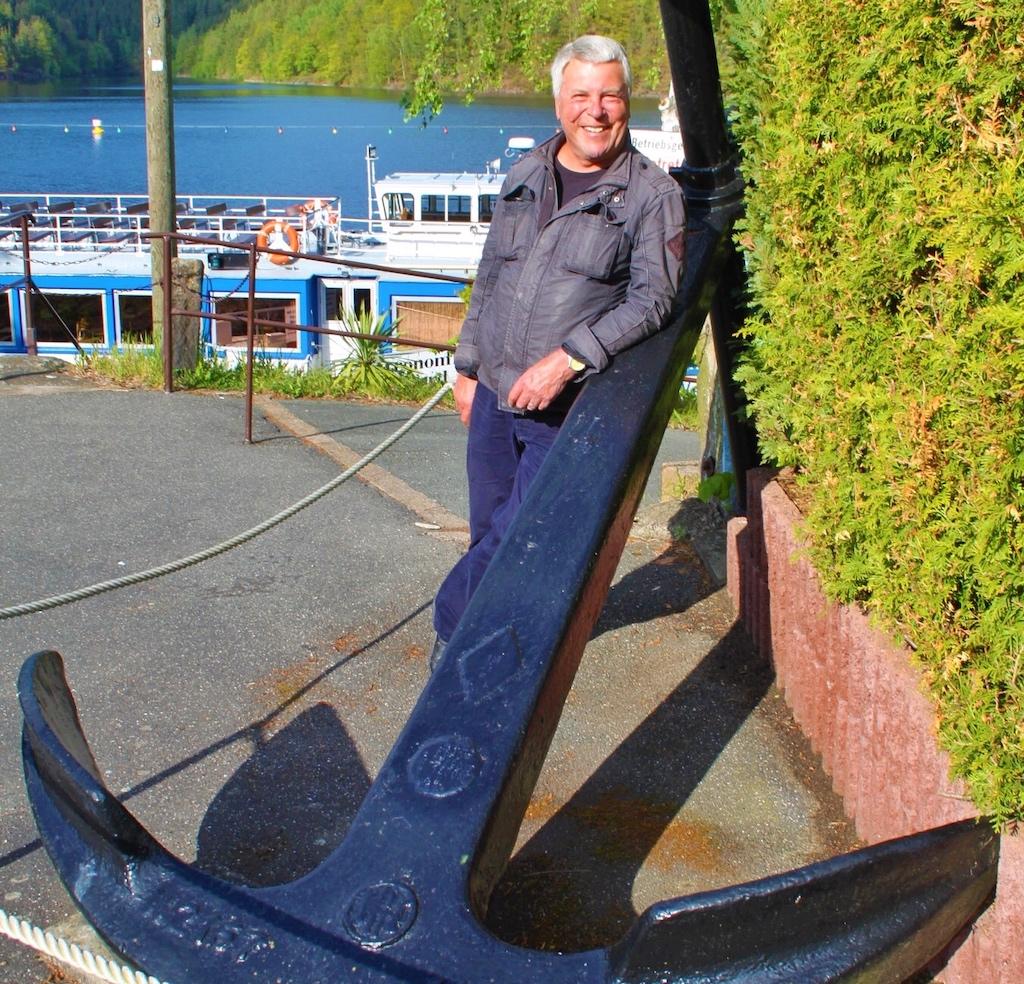 Dr. Peer Schmidt-Walther vor Beginn der Seefahrt über das Thüringer Meer mit Anker auf der Krone der Talsperre